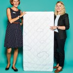"""Elisabeth Sonnleitner (links) und Sarah Weiss, Marketingmitarbeiterinnen von Träumeland, mit Matratze """"Polarstern"""""""
