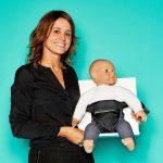 """Margot Visser, Gründerin von Minimonkey, mit """"Minichair"""" Kindersitz für unterwegs"""