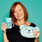 "Suzanne Stokes, Owner von Nest, mit ""Tippy Up Cup"" und ""Dippy Food Face Plate"""