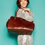 """Keri Jamieson, Owner/Designer von Kerikit, mit Leder-Wickeltasche """"Ivy"""""""