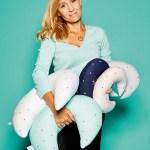 """Linda Niecko, Geschäftsführerin von Effii Kids, mit """"Mondkissen"""""""