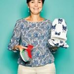 """Joanna Baer, Export Manager von Scorpio Poland, mit Antirutsch-Socken sowie Mütze und Rundschal von """"Yo!"""""""