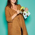 """Elodie Tesson, Marketing Manager von Baby to love, mit mit """"bclip"""", dem Lätzchenclip"""