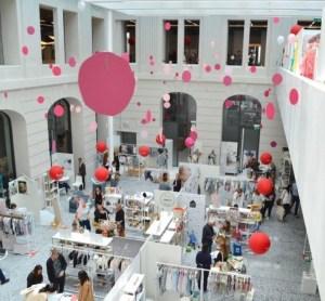 Blick ins Atrium der Playtime Berlin. Weitere Stände waren im ersten Stock verteilt.