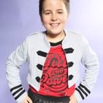 Emily trägt Blue Effect (Pullover, Hose, Jacke), Ewers (Strümpfe).