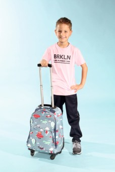 Julian mit Blue Effect mit Schuhen von Viking Footwear, Hose von Maximo und Trolley von Penny Scllan beim Childhood-Business-Shooting auf der Kids Now im Sommer 2018
