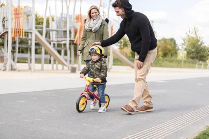 Sicher unterwegs: Helm ist Pflicht, aber auch vom Rad selbst sollte keine Gefahr ausgehen. Auf dem Speedy 10'' von Kettler fährt es sich ganz unbedenklich.