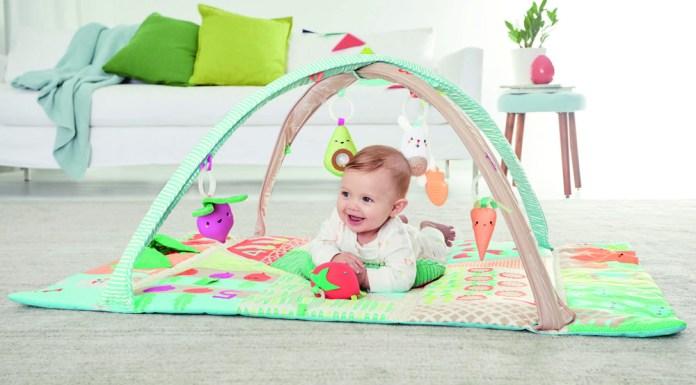 """Abenteuer Bauernhof: Die Spieldecke """"Farmstand Grow & Play Activity Gym"""" von Skip Hop regt mit farblichen, akustischen und sensorischen Reizen die Sinne der Babys an."""