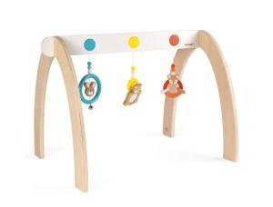 """Aller guten dinge sind drei Durch die Kombination hochwertigen Buchenholzes mit Elementen aus Silikon nehmen Babys mit dem Spielbogen """"Baby Pop"""" von Janod verschiedene Texturen wahr. Die Marke wird ebenso wie die Schwestermarke Kaloo in Deutschland über Juratoys vertrieben. www.janod.com"""