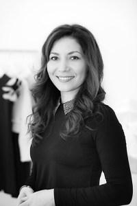 """Alena Römer wurde in Kasachstan geboren und lebt seit 1995 in Deutschland. Sie studierte an der Hochschule Niederrhein in Mönchengladbach """"Textile and Clothing Management"""" und schloss im Jahr 2012 mit dem Master ab. Sie ist verheiratet, Mutter zweier Töchter und lebt in Mülheim an der Ruhr. Im Jahr 2018 gründete sie das Kindermodelabel Loroso."""