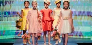 """Gartenparty: Die Looks der S/S-2020-Kollektion von Abel & Lula haben dem Indoor-Laufsteg der """"Children's Fashion from Spain""""-Show zu einer sommerlichen Atmosphäre verholfen."""