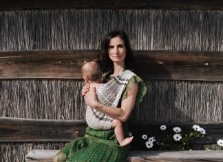 Ergonomisch für Mutter und Kind, schnell anzulegen und auch schick soll sie sein: Tragehilfenanbieter wie Studio Romeo machen die Kombination möglich.