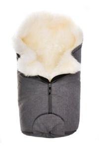 Die Wolle macht den Fußsack nicht nur kuschelig weich, sondern hat auch zahlreiche weitere Vorteile.
