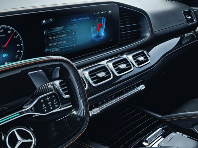 Vorn sehen, was hinten los ist: Durch eingebaute Systeme im Fahrzeug könnten Kindersitzfunktionen ins Auto-Display integriert werden.