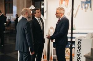 René Stenvang (r.) im Gespräch mit Kronprinz Frederik von Dänemark und Hans Brask, dänischer Botschafter in Lettland 2018 (l.).