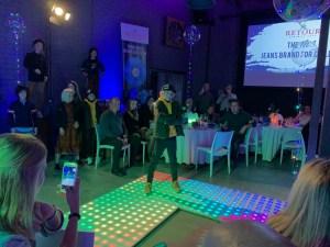 Gerade Jeansmarken haben einen besonderen Drive: Und so gehört zur Vorstellung der neuen A/W-20/21-Kollektion vor der gesamten europäischen Vertriebsmannschaft von Retour Jeans eine ausgewachsene Catwalk-Präsentation. Familiär geht es beim Dinner zu, um sich für die anschließende Karaoke-Meisterschaft zu stärken.