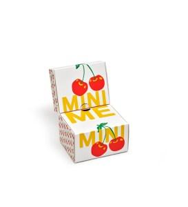 Die rechts abgebildeten Mini-Me-Socken mit Kirschprint kommen in dieser schönen Geschenkverpackung besonders zur Geltung.
