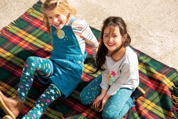 Das britische Label Frugi steht seit 2004 für ebenso bunte wie nachhaltige Kindermode.