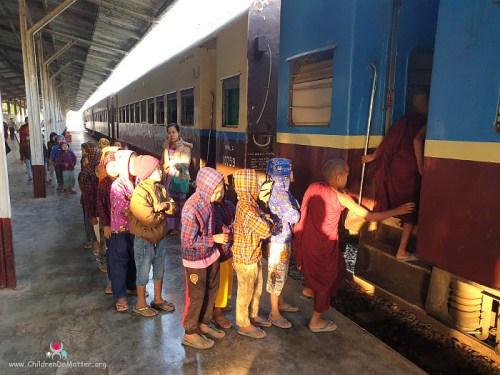 bambini che salgono sul treno per kalaw - children do matter