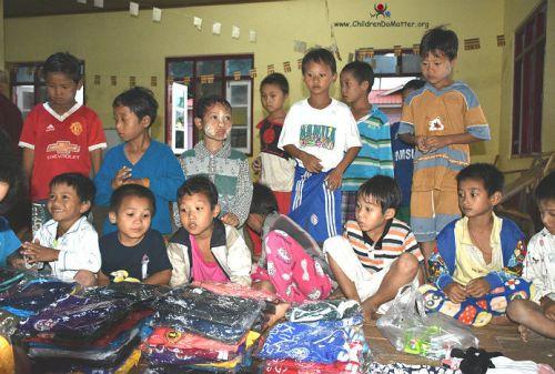 bambini con vestitini nuovi orfanotrofio sasana birmania - children do matter