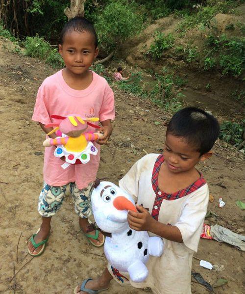 due orfani con giocattoli presso orfanotrofio sasana - children do matter