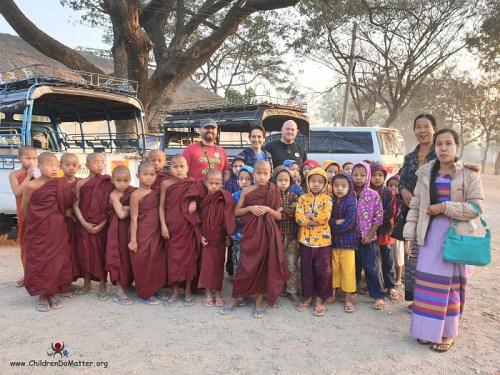 stazione del treno a shwenyaung - children do matter