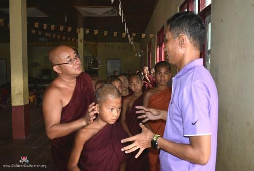 visita del dottore orfanotrofio sasana birmania - children do matter