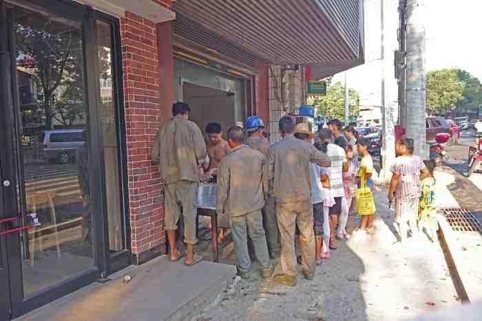 Bauarbeiter beim Frühstückskauf