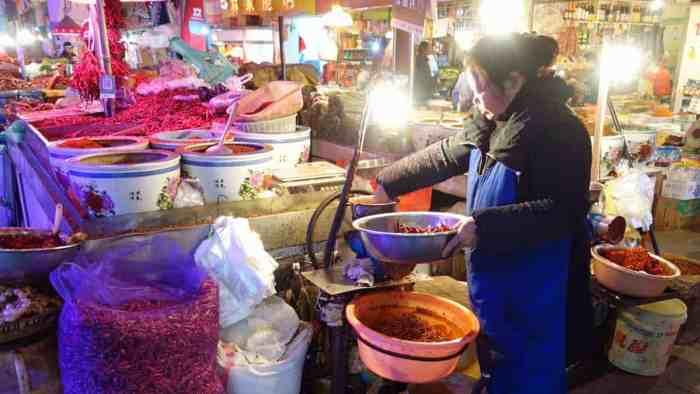 Chilli-Verkäuferin in Guiyang bei der Produktion von Ciba Lajiao