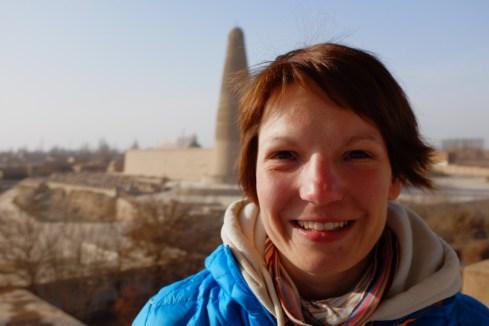 Chinacrossing vor dem Emin Minarett in Turpan