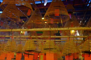 Räucherspiralen im Man Moh Tempel.