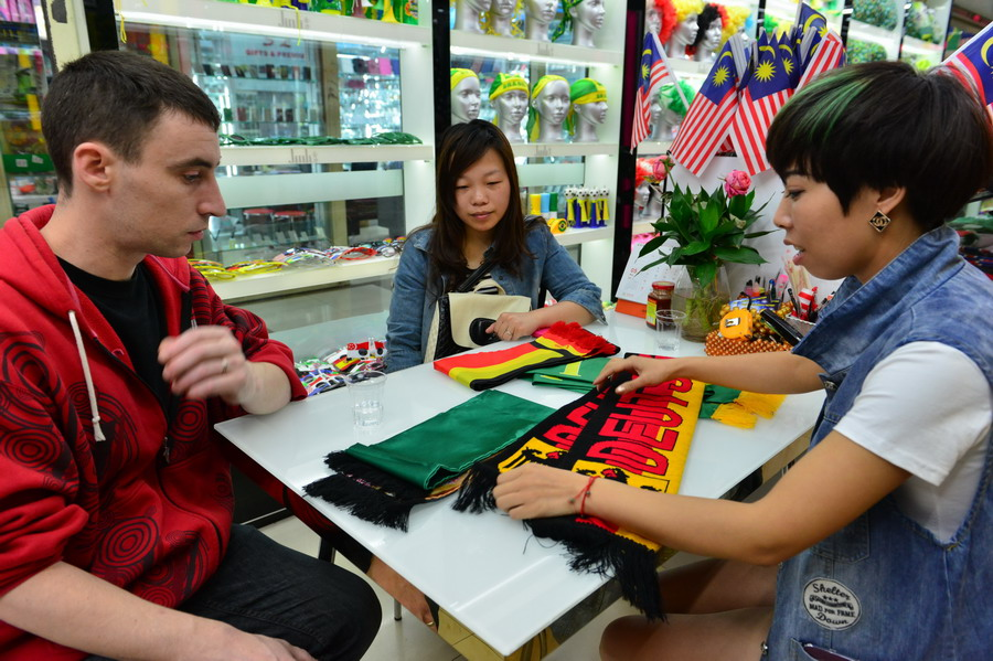 people looking at German scarf | Yiwu