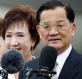 Visiting Chairman of the Kuomintang (KMT) Party of China Lien Chan delivers a speech upon his arrival at the Beijing Capital International Airport Thursday April 28, 2005. Lien said it is the common aspiration of the people from both sides of the Taiwan Straits to build a peaceful and win-win future.[newsphoto]