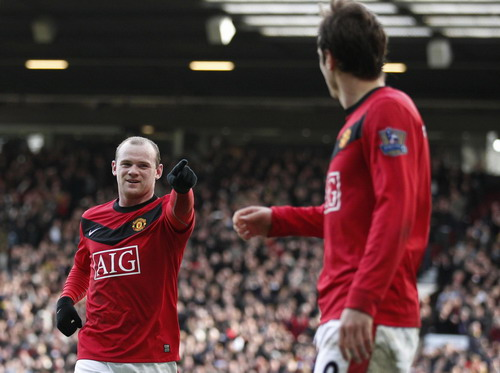 Rooney gives United top spot with win over Fulham