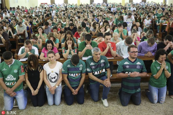 Chapecoense fans mourn players lost in crash[1 ...