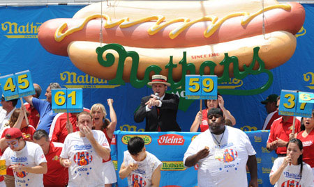US man sets new record for hot dog eating contest