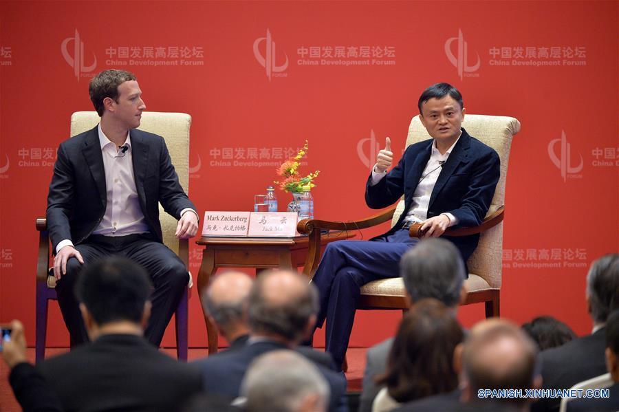 Presidente ejecutivo de Alibaba conversa con fundador de Facebook sobre innovación