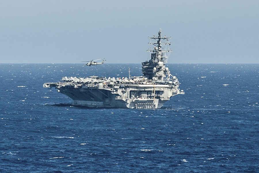 China califica de navegación militar el paso de portaaviones estadounidense