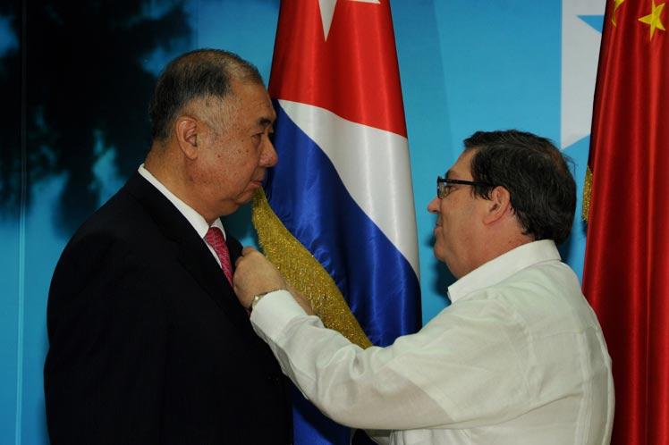 """Embajador chino recibe """"Medalla de la Amistad"""" de gobierno cubano"""