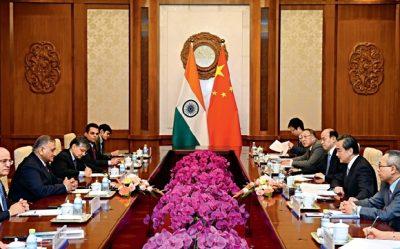 18 de junio de 2017. Wang Yi, ministro de Relaciones Exteriores de China sostiene un encuentro con Vijay Kumar Singh, ministro de Estado para Asuntos Exteriores de la India durante la reunión de Ministros de Relaciones Exteriores de los BRICS en Beijing.