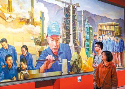 Exposición que celebra el próximo XIX Congreso Nacional del Partido Comunista de China en el Museo Nacional. La pintura muestra a XuLiping y su equipo de técnicos desarrollando propulsores para los misiles balísticos de la nación. WANG JING / CHINA DAILY