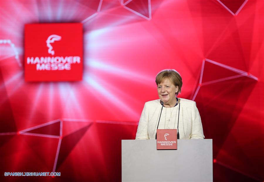 Canciller alemana defiende libre comercio en feria de Hannover