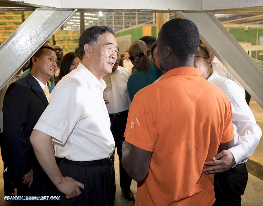 Máximo asesor político de China visita parque industrial de inversión china en Uganda
