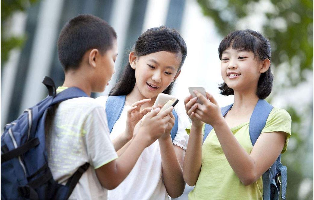 Sondeo indica que 70% de estudiantes chinos de primaria y secundaria tiene teléfonos inteligentes