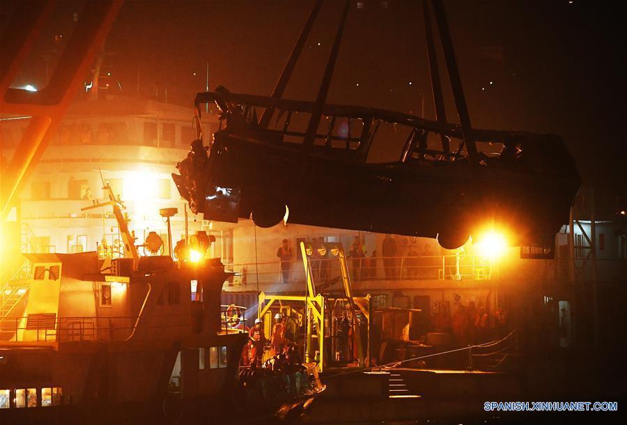 Recuperados 13 cuerpos de autobús que cayó a río en suroeste de China