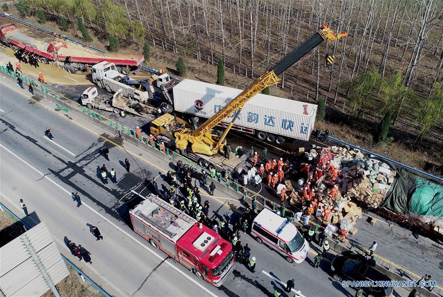 Choque en cadena de 28 camiones en centro de China deja 9 muertos