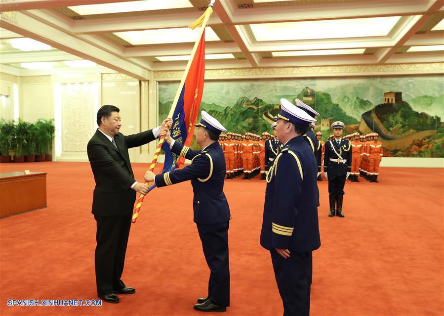 Xi Jinping entrega bandera a nuevo equipo nacional de bomberos y rescate