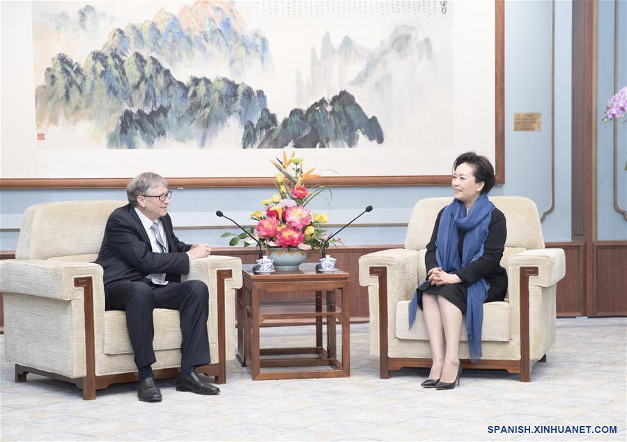 Peng Liyuan se reúne con Bill Gates