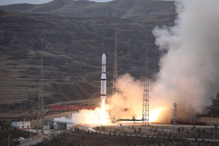 China lanza cinco satélites al espacio en un solo cohete