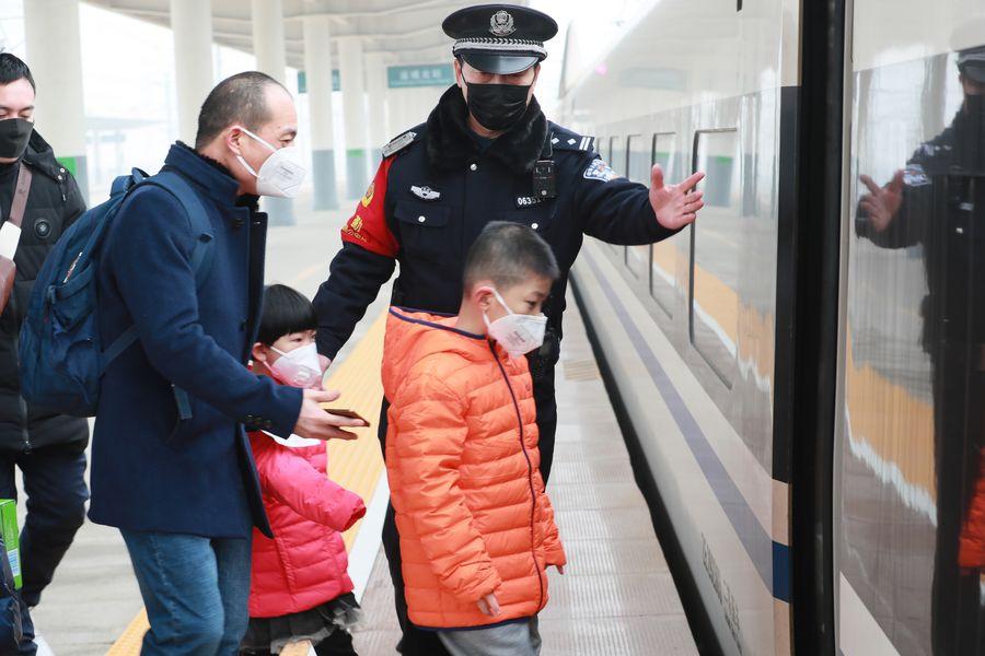 China intensifica inspección en estaciones ferroviarias para frenar brote de neumonía